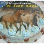 Tort z bitą śmietaną, malinami i opłatkiem spożywczym