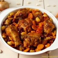 Kurczak zapiekany w sosie z fasolą i marchewką.