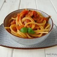 Spaghetti z sosem pomidorowym i szynką dojrzewającą