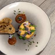 Foie gras z kaczki z musem z pieczonej jarzębiny, pigwowca i wanilii z lukrowanymi fiołkami