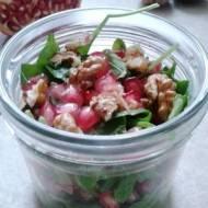 Sałatka z granatem, orzechami włoskimi i sosem miodowo-imbirowym