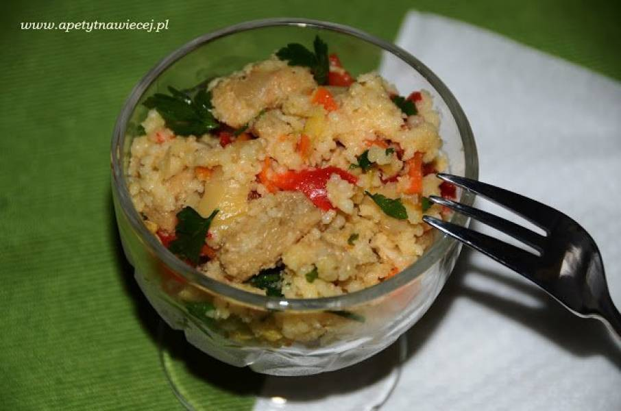Sałatka z kuskusem, warzywami i kotletami sojowymi