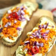 Zdrowe kanapki z hummusem i marchewką