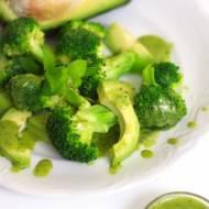 Zielona sałatka z sosem bazyliowo-miętowym
