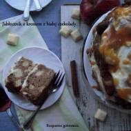 Jabłecznik z kremem z białej czekolady.