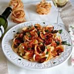 Pomidorowe tagiatele w sosie winnym z pastą pindżur i małżami