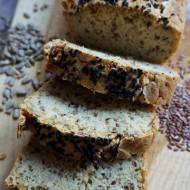 Bezglutenowy chleb drożdżowy z ziarnami i orzechami