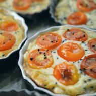 Mini tarty z ciasta francuskiego z pomidorkami i fetą