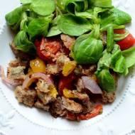 Sałatka z chlebowych grzanek, pomidorów i pieczonej papryki