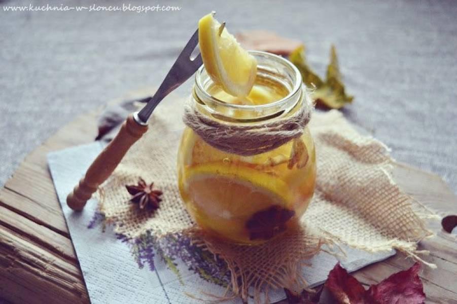 Cytryna do herbaty w korzennym syropie