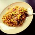 Żółty ryż z jajkiem i szyneczką