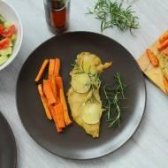 Pieczony sandacz w piwnej panierce z batatami i warzywami