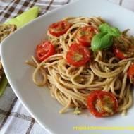 Razowe spaghetti z pesto i pomidorkami koktajlowymi