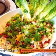 Świeża sałata z grillowanym serem i owocami