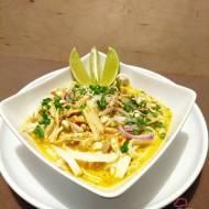 Tajska zupa khao soi z kurczakiem
