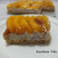 Ciasto na spodzie z pokruszonych herbatników z brzoskwiniami (bez pieczenia)