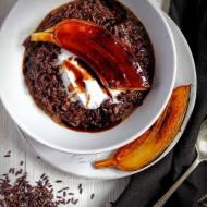 Kokosowy pudding z czarnego ryżu z karmelizowanym bananem