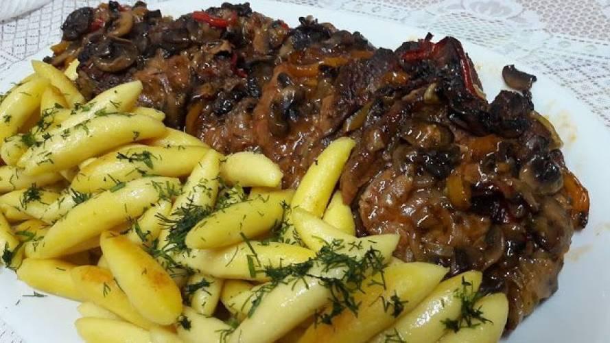Karkówka pieczona z pieczarkami i papryką