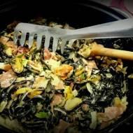 Czarny makaron z małżami i prosciutto