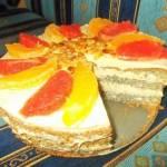 Tort makowy z masą i owocami