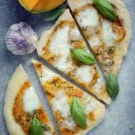 Pizza z sosem dyniowym i mozzarellą