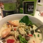 Tom kha tajska zupa kokosowa z krewetkami i grzybami. Tom Kha Goong.