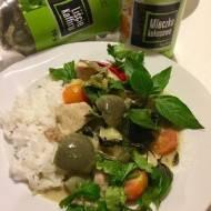 Tajskie zielone curry z kurczakiem. Thai green curry with chicken.