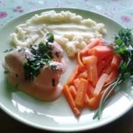 Pulpeciki z puree ziemniaczanym, marchewką i sosem pomidorowo - jogurtowym.
