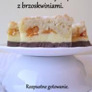 Sernik na kakaowym spodzie z brzoskwiniami.