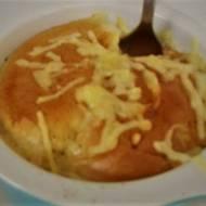 Bułka drożdżowa zapiekana z serem i boczkiem