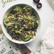 Szybkie gotowanie: zielona micha z soczewicą i cukinią.