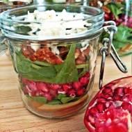 Warstwowa sałatka z czerwonym winegretem ze słoika