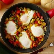 Jajka sadzone na warzywnej pierzynce.