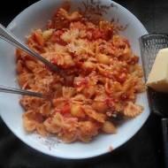 Makaron z mięsem, pomidoram, fetą i oliwkami
