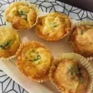 Muffiny z brokułem i żółtym serem