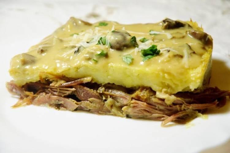 Zapiekanka z konfitowanych gęsich udek, ziemniaków i grzybów leśnych