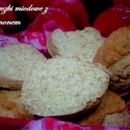 Bułeczki miodowe z cynamonem (na maślance)