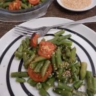 Zielona fasolka szparagowa zapiekana z pomidorami