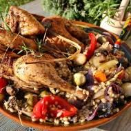 Kurczak ziołowy na warzywach z pęczakiem