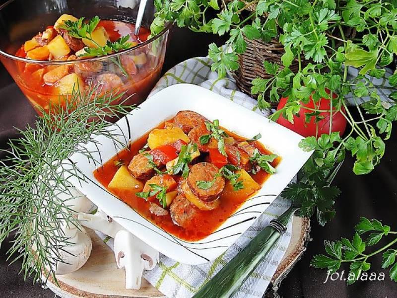 Gulasz z kiełbasy z warzywami