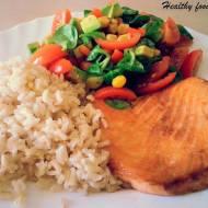 Pieczony łosoś z brązowym ryżem i kolorową sałatką