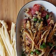Enoki na klarowanym maśle z czarno-białą quinoą i szynką szwarcwaldzką