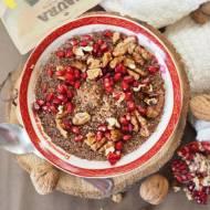 Śniadaniowa quinoa z kakao, granatem i orzechami