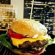domowy burger z konfiturą cebulową