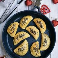 Pieczone pierogi z pieczarkami, czarnymi oliwkami i suszonymi pomidorami