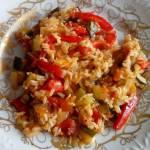 Cukinia z ryżem, papryką i pomidorami