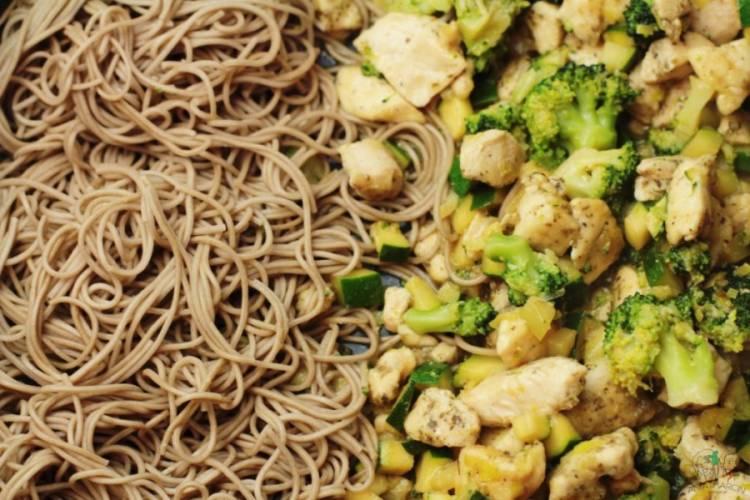 Makaron po chińsku z kurczakiem i warzywami