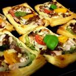 Pizzerinki na cieście francuskim z kurczakiem i cheddarem na brokułowym spodzie