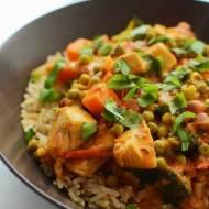 Kurczak w sosie curry z brązowym ryżem i warzywami