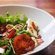 Sałatka z grilowanymi pomidorami, boczkiem, brie